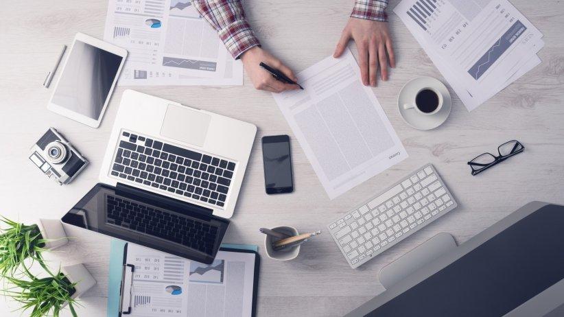 https://www.happytomeetyou.fr/app/uploads/2019/05/7ahy86pdhy_20150727171039_business_desk_workspace_working_hard.jpeg